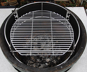 """rig with 16.5"""" round grid on upper level inside the large big green egg"""