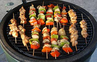 grilling chicken skewers on the woo ring with the large big green egg